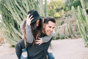 Couple heureux, amoureux et souriant