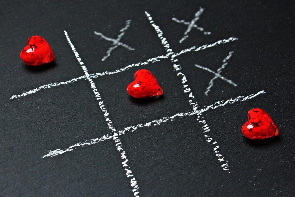 Jeu morpion avec des cœurs et des croix