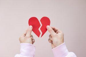 Personne tenant un cœur brisé